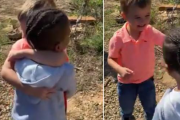El conmovedor abrazo de 2 niños que se volvieron a reunir después de 2 meses