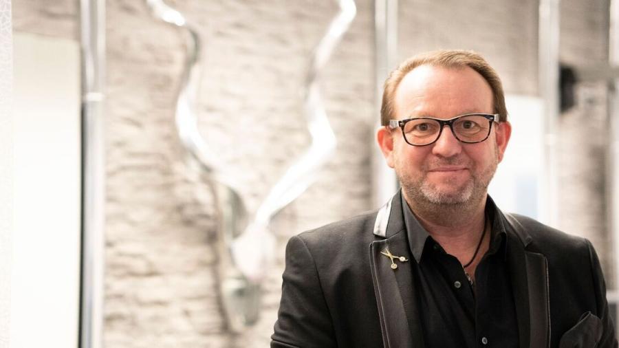 Peluquero sortea primer turno en estética luego del confinamiento en Alemania