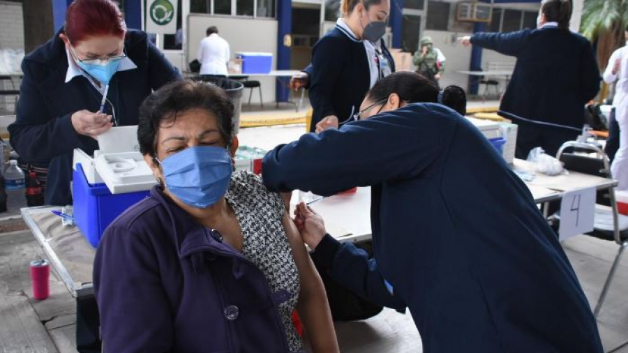 Adultos mayores celebran inicio de vacunación en Victoria